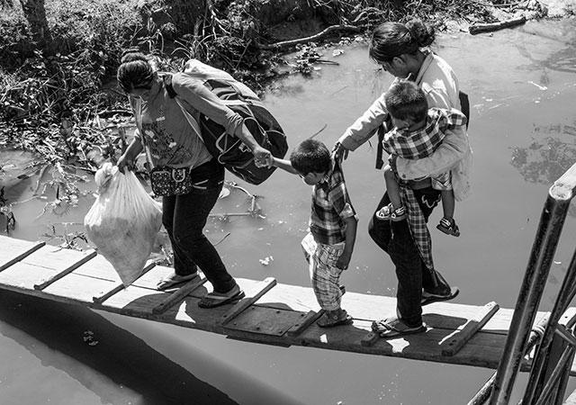 Det blev väldigt många stopp längs med floden. Här är folk helt beroende av båttransporten under regnperioden.